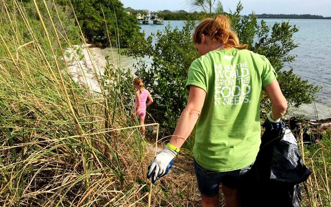 Mosaic's Florida employees regularly volunteer with Keep Tampa Bay Beautiful to remove plastic and other litter from Tampa Bay's coastline